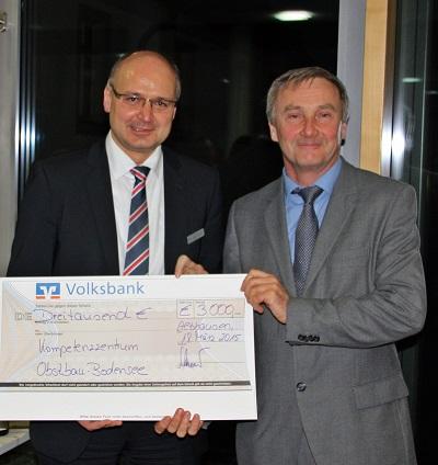 Übergabe des 1. Spendenschecks an Dr. Manfred Büchele vom Kompetenzzentrum Obstbau-Bodensee. Unterstützung EU-Schulfruchtprogramm für die Kindergärten und Schulen in unserem Geschäftsgebiet